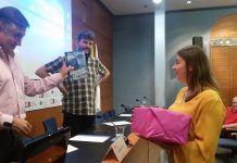 María Gil, alumna de primero de Periodismo, recoge el premio del concurso.
