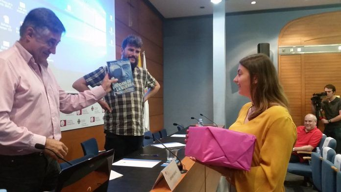 María Gil, alumna de primero de Periodismo, recoge el premio del concurso de fotoperiodismo.