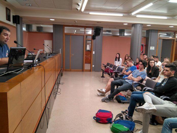 Las sesiones prácticas de Periodismo Deportivo se imparten en los estudios de radio de la CEU-UCH.