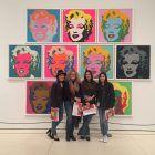 Alumnas y profesoras en la exposición 'Warhol. El equipo mecánico' en CaixaForum