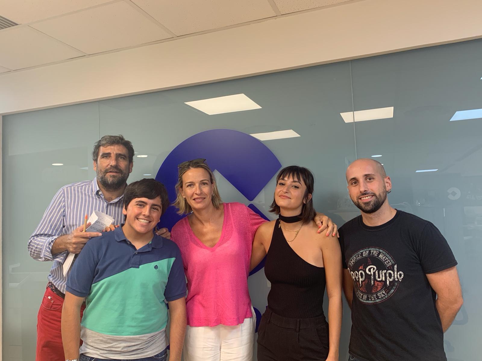 Ramón y Belén con profesionales de COPE Valencia durante sus prácticas.