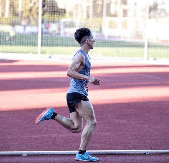 David Gómez suple el entrenamiento al aire libre con la cinta de correr.