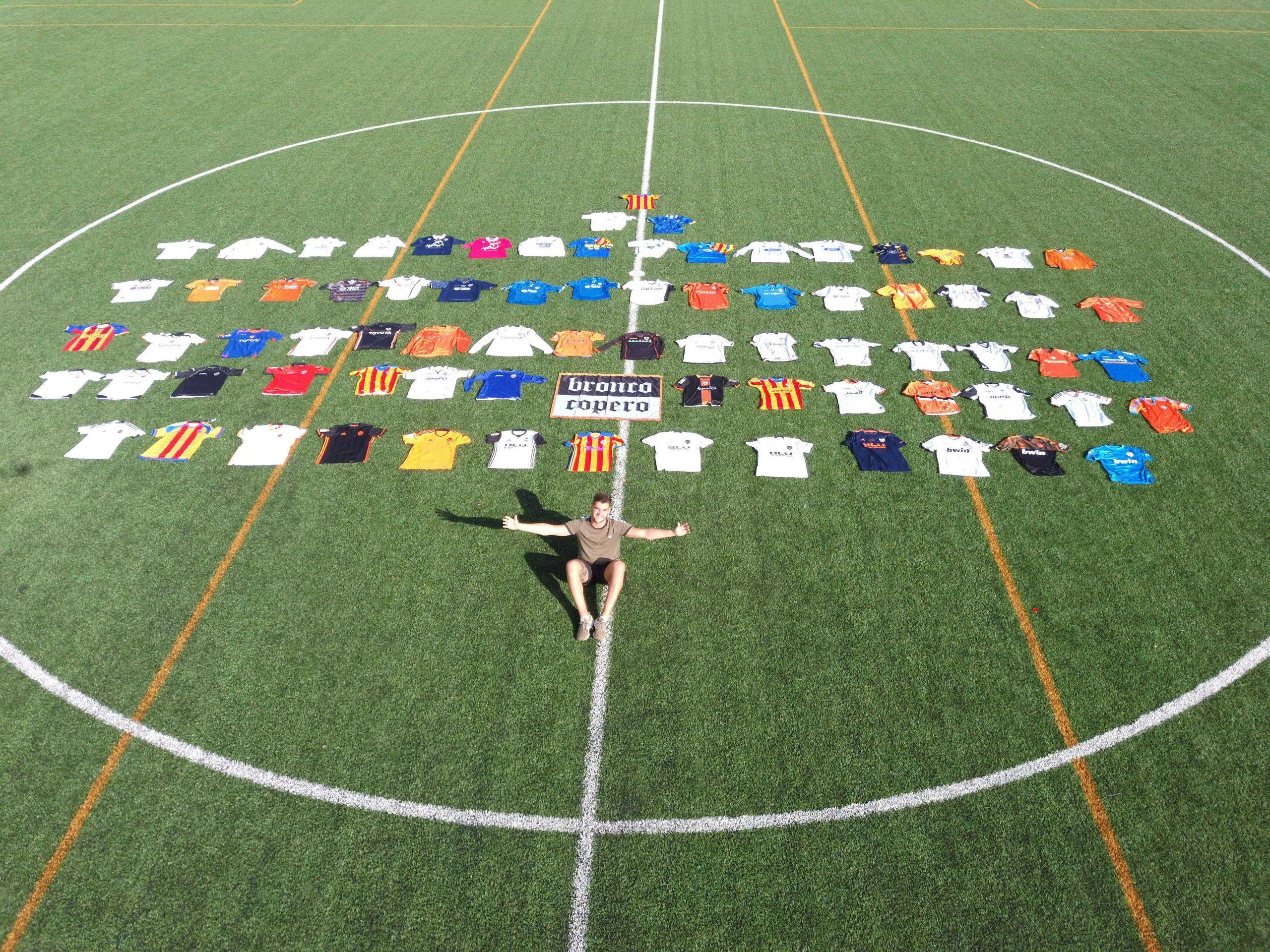 La colección de camisetas del Valencia Club de Fútbol es el hobby de Óscar.
