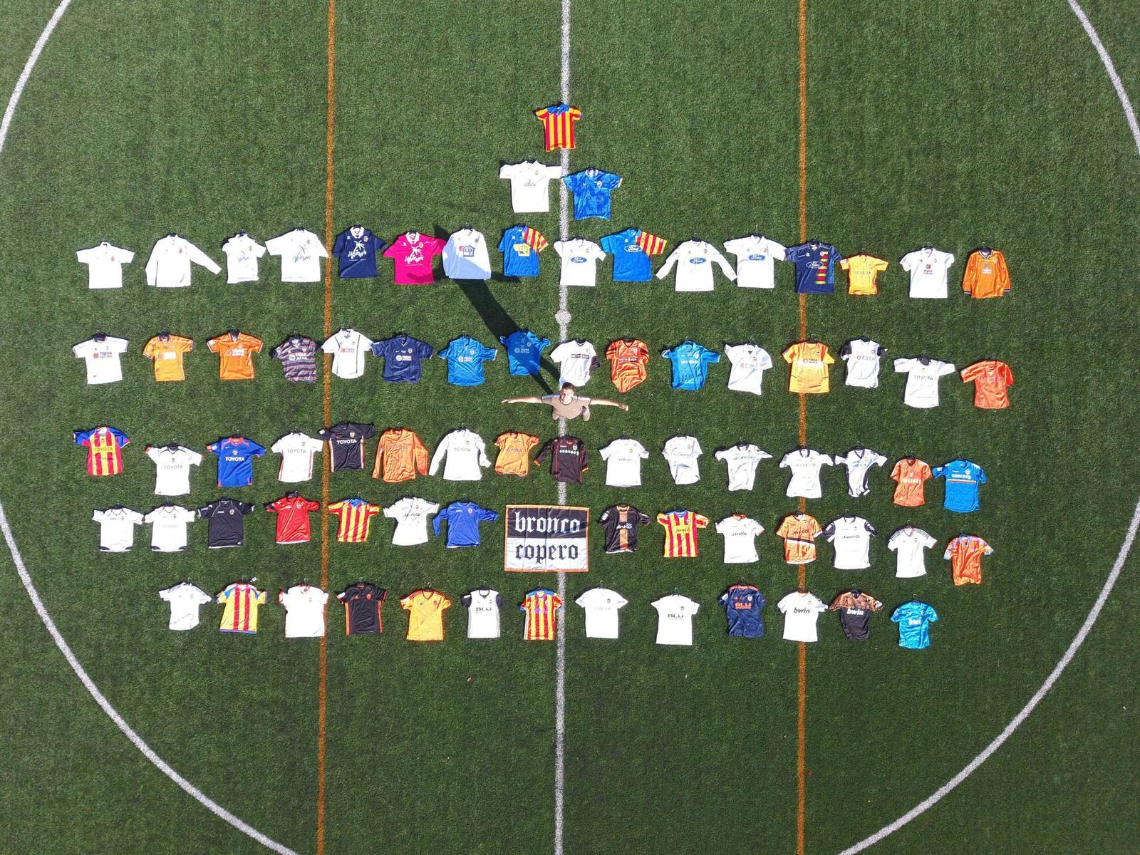 Óscar tiene cerca de 100 camisetas del Valencia Club de Fútbol..