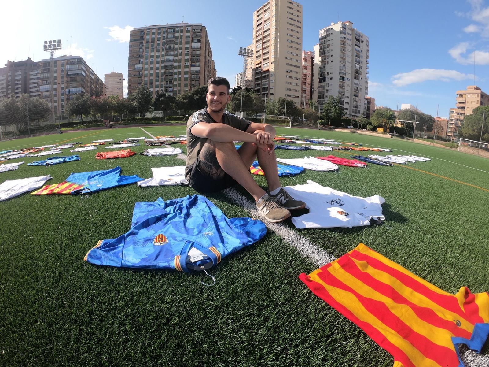Óscar colecciona camisetas del Valencia Club de Fútbol.
