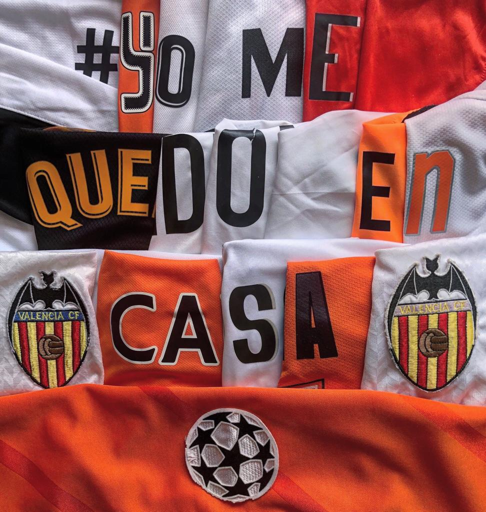 """Óscar ha creado el """"quédate en casa"""" con las camisetas del Valencia Club de Fútbol."""