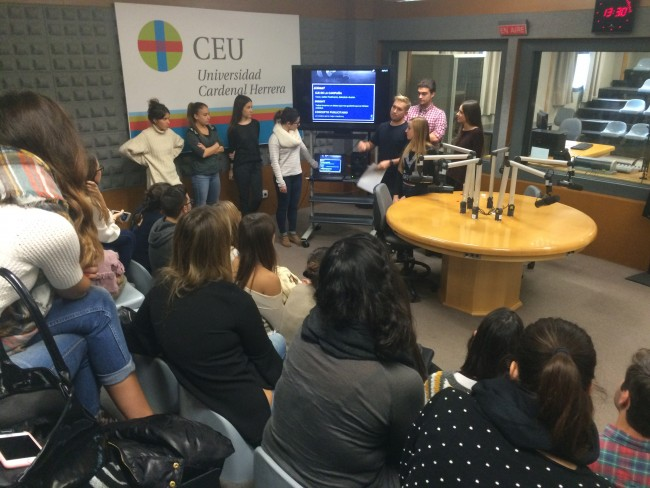 Exposición de alumnos sobre las campañas de radio para Pequeño Deseo