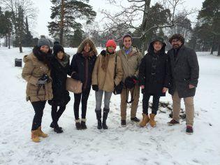 Los estudiantes españoles con el profesor Pepe Martínez en un parque de Helsinki
