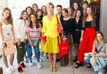 La diseñadora Ágatha Ruíz de la Prada rodeada de estudiantes de la Universidad CEU UCH