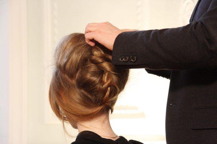 imagen de estilista retocando el peinado del desfile