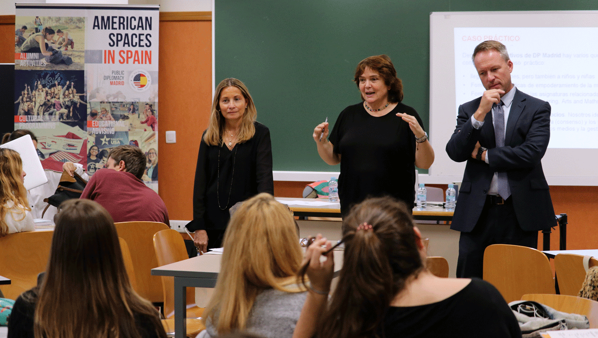 A photo of representatives of Communication Office at the US Embassy in Spain sharing their experience with students.
