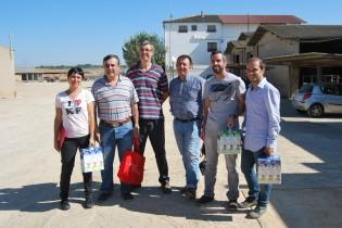 Los propietarios de Granja San José, D. José María Pont, veterinario y D. Jaume Pont, ingeniero agrónomo con los profesores de la asignatura