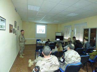 Instantánea de la conferencia impartida por el Brigada Del Campo, Jefe de la Sección Cinológica del BON PM I