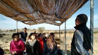 Alberto Mas guiando la visita a los corrales