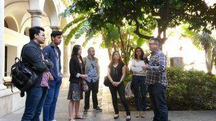 Con José María Azkárraga, en el claustro del Instituto Luis Vives de Valencia con un grupo de alumnos de historia de la Veterinaria del CEU