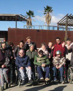 Residentes, cuidadores y voluntarios en la visita del Bioparc