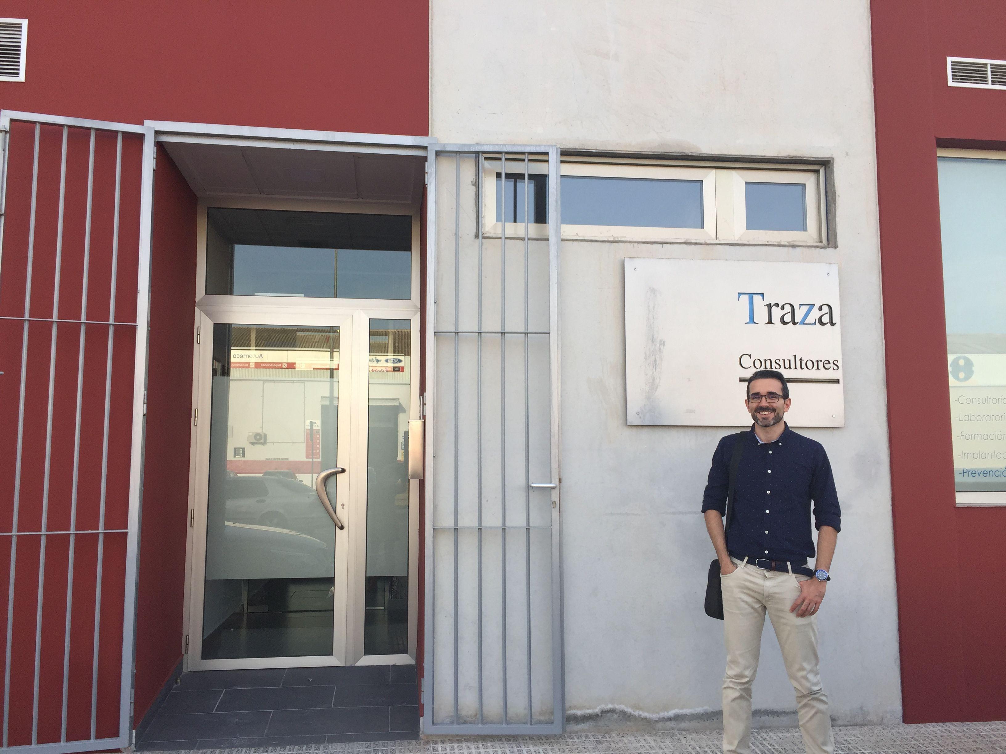 Juan José Quereda en la entrada de la empresa TRAZA consultores