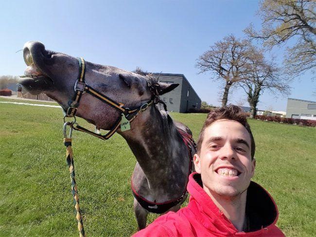 Guillermo, avec l'un des chevaux de l'hôpital