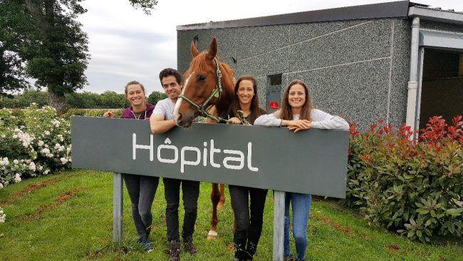 Guillermo avec ses collègues de travail à l'hôpital