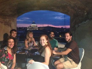 Cenando con amigos