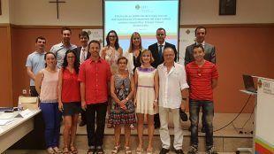 Mireia Martí junto con familiares, amigos y profesores en su gran día académico
