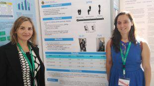 Las profesoras Eva Segura y Lucía Ortega presentando un nuevo trabajo